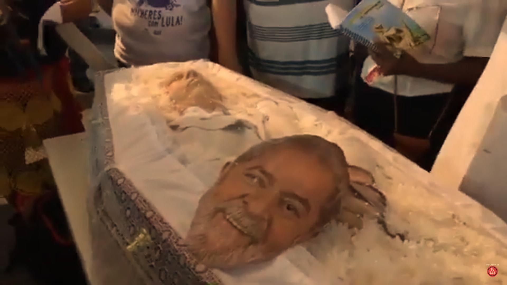 Máscara de Lula no caixão de Vavá mostra a importância do falecido para os petistas. Foto: Reprodução/TV 247
