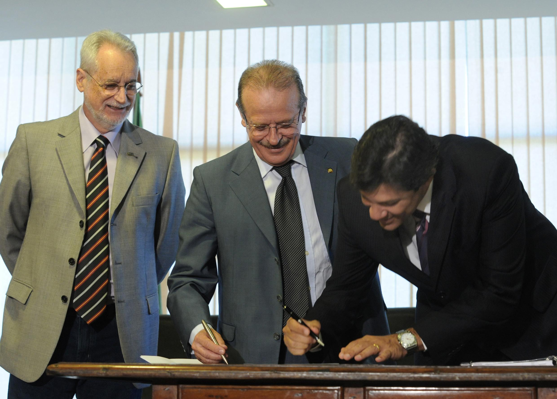Haddad com Tarso Genro, em foto de 2010: mérito ou não, a assinatura é dele. Foto: Elza Fiúza/Agência Brasil