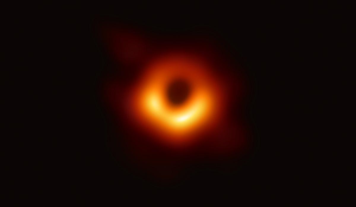 Formato de rosquinha do buraco negro era previsto nas teorias. Foto: EHT
